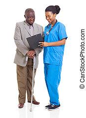 jovem, africano, trabalhador healthcare, e, sênior, paciente