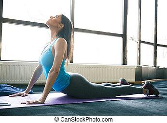 jovem, ajustar, esticar mulher, ligado, esteira yoga