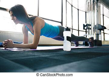 jovem, ajustar, mulher trabalha, ligado, esteira yoga