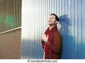 jovem, alegre, ao ar livre, sorrindo, echarpe, homem