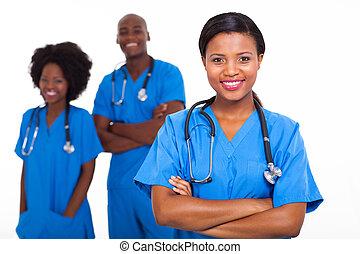 jovem, americano africano, médico, trabalhadores