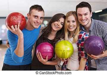 jovem, amigos, em, a, aléia bowling