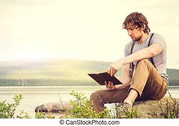 jovem, ao ar livre, livro, leitura homem