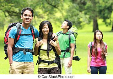 jovem, asiático, pares, backpacking, ao ar livre