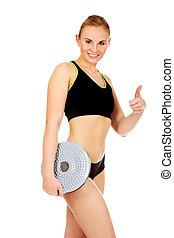 jovem, atlético, mulher segura, equilíbrio, tábua, e, mostra, polegar cima