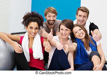 jovem, atletas, em, a, ginásio, dar, um, polegares cima