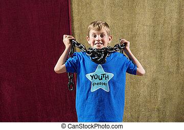 jovem, ator, com, corrente, ao redor pescoço