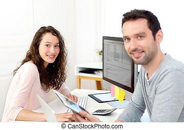 jovem, atraente, colegas trabalho, escritório