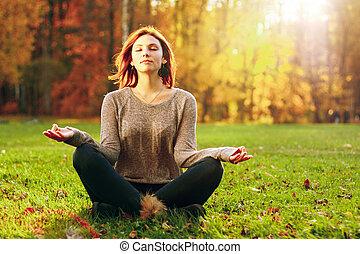 jovem, atraente, femininas, medite, em, park.