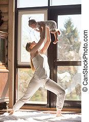 jovem, atraente, sporty, mãe, fazendo, exercícios, com, dela, bebê, ho