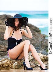 jovem, atraente, swimsuit preto, mulher, desgastar