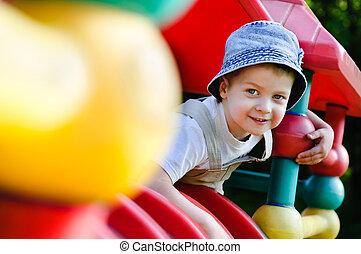 jovem, autistic, menino, tocando, ligado, pátio recreio
