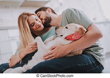jovem, beijando, embracing pares, seu, deslizar, cão