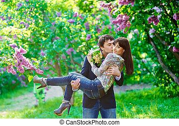jovem, beijando, par feliz, apaixonadas