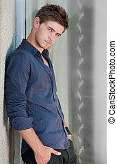 jovem, bonito, homem, em, camisa azul