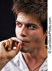 jovem, bonito, homem fuma