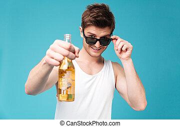jovem, bonito, homem, segurando, cerveja