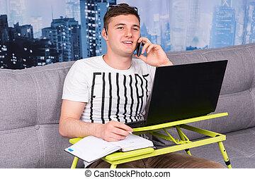 jovem, bonito, homem, trabalhando casa