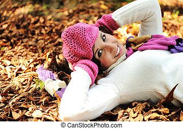 jovem, bonito, menina, mentindo, em, a, outono, licenças...