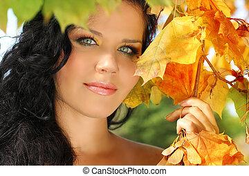 jovem, bonito, mulher, em, a, outono, park.
