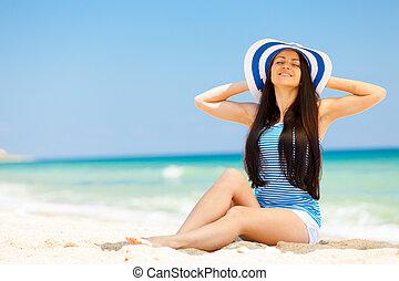 jovem, brunet, menina, em, chapéu, ter, um, descanso, praia
