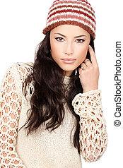 jovem, cabelo preto, mulher, em, lã, suéter, e, boné