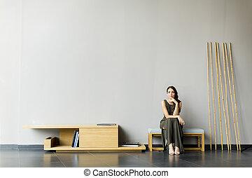 jovem, cadeira, mulher, sala, sentando