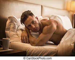 jovem, cama, pelado, muscular, excitado, homem