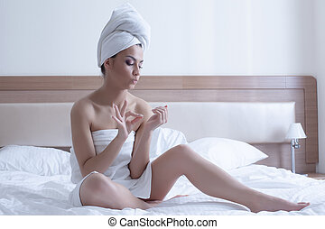 jovem, cama, toalhas, mulher