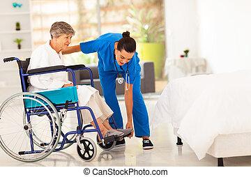 jovem, caregiver, ajudando, mulher idosa