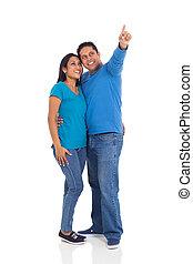 jovem, casado, indianas, par, apontar, branco, fundo