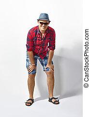 jovem, casual, homem chapéu, e, óculos de sol