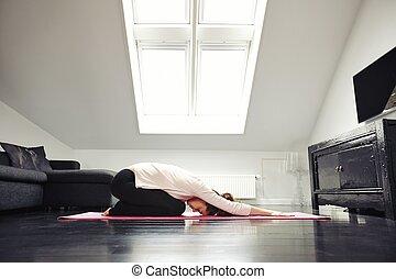 jovem, caucasiano, mulher, exercitar, ioga, em, sala de estar