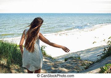jovem, charming, morena, mulher, ligado, mar, coast., braços abertos, abraçar, natureza
