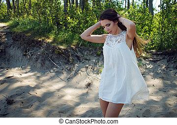 jovem, charming, morena, mulher, ligado, mar, coast., feliz, feriados, floresta, perto, a, mar