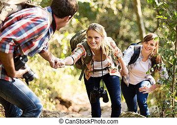 jovem, cima, ajudando, escalar, amigos, homem