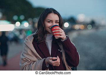 jovem, copo, mulher, echarpe, agasalho, outdoor., café, bonito