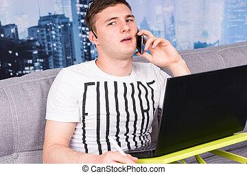 jovem, desnorteado, homem, trabalhando casa