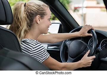 jovem, dirigindo, blondie, mulher carro