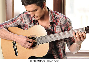jovem, e, creative., bonito, homem jovem, violão jogo