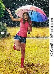 jovem, e, mulher bonita, divirta, em, chuva