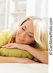 jovem, e, mulher feliz, descansar, sofá, casa