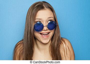 jovem, engraçado, menina, com, azul, óculos de sol