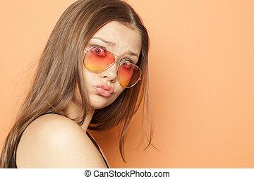 jovem, engraçado, menina, com, laranja, óculos de sol