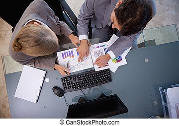 jovem, equipe negócio, estudar, estatísticas