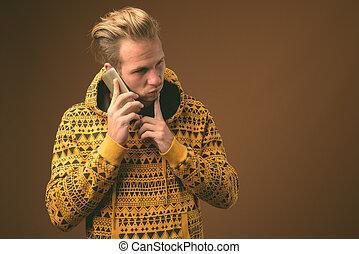 jovem, estúdio, homem, tiro, bonito, hoodie, desgastar