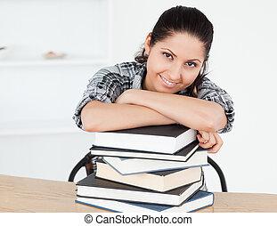 jovem, estudante, inclinar-se, livros