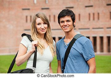 jovem, estudante, par posando
