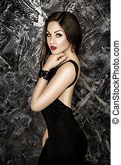jovem, excitado, e, sedutor, morena, mulher, com, batom vermelho, em, vestido preto, ligado, experiência escura