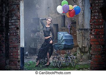 jovem, excitado, mulher, com, balões, e, carruagem bebê